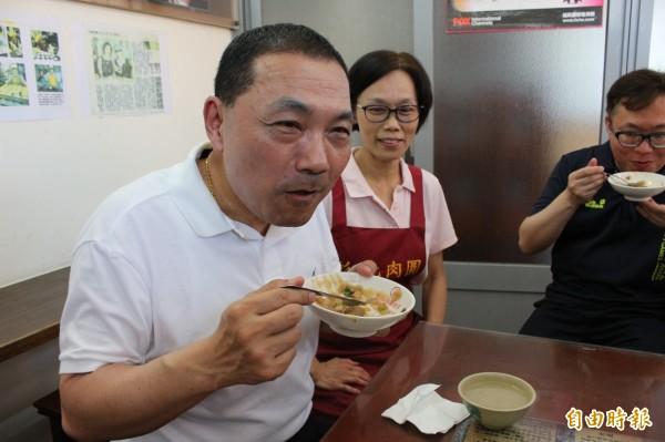 新北市副市長侯友宜誇讚彰化肉圓好吃。(記者張聰秋攝)