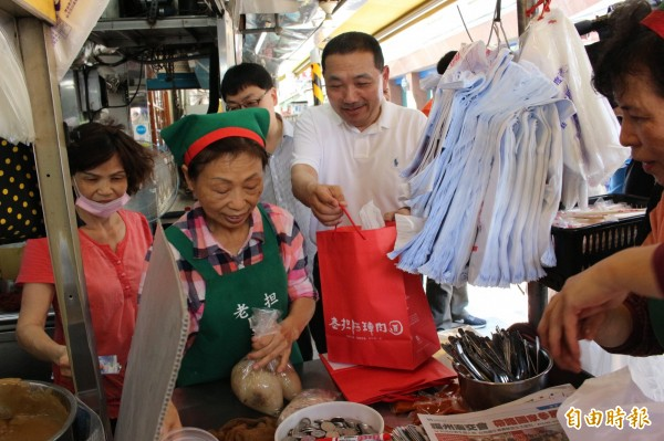 侯友宜向阿璋肉圓店買了6顆肉圓,象徵「六六大順」吉祥數字。(記者張聰秋攝)