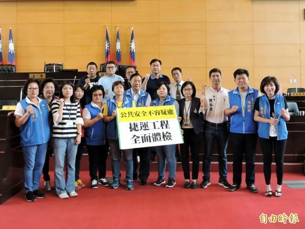 台中市議會國民黨團要求市府清查公共工程是否使用巨力混凝土。(記者張菁雅攝)