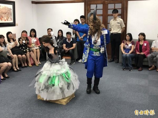 三民國小六年級洪彥翔(右)帶來他的機器人女舞者,現場重現「美女與野獸」經典橋段,讓林智堅與市府官員讚嘆不已。(記者王駿杰攝)
