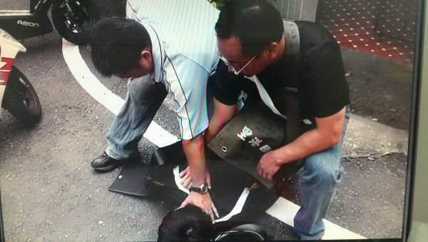 警方制伏假冒檢察官的詐騙車手,示意照。(記者李立法翻攝)