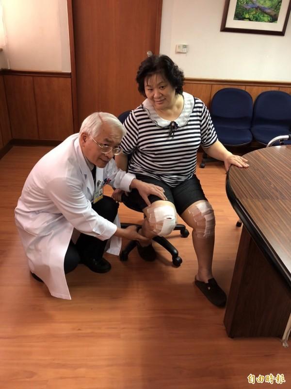 郭繼陽醫師(左)為林婦更換雙膝蓋。(記者黃旭磊攝)