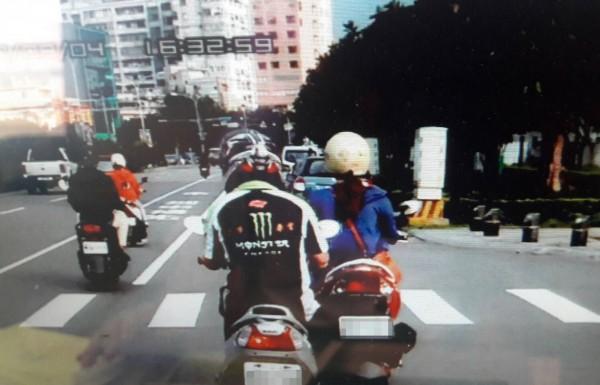 古男於2017年9月4日下午4點半許,被其他用路人拍下,騎機車行經苗栗縣頭份市中央路時,用腳頂住另一輛疑似拋錨的機車前行。(記者彭健禮翻攝)