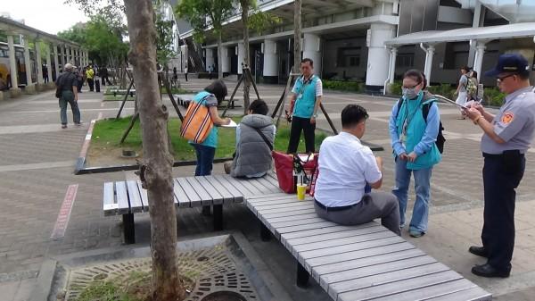 民眾於左營高鐵站外吸菸遭取締。(記者黃旭磊翻攝)