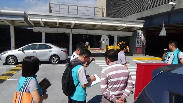 民眾於左營高鐵站外抽菸遭取締。(記者黃旭磊翻攝)