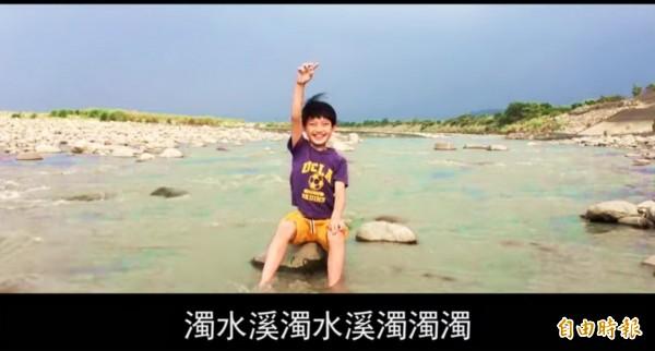 《濁水溪的阿焄》影片中的主角商允焄活潑可愛。(記者廖淑玲翻攝)