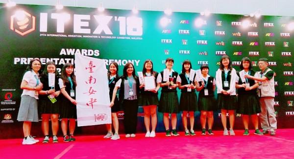 台南女中學生參加馬來西亞國際發明展,獲得兩座銀牌。(台南女中提供)