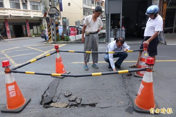 彰化縣秀水鄉長梁禎祥(圖中)在民意街路口塌陷處,了解情況。(記者劉曉欣攝)