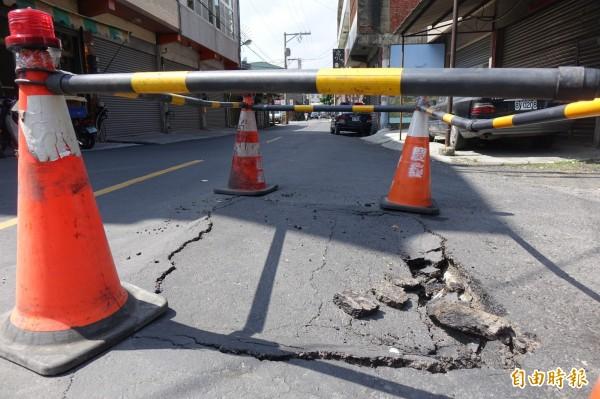 彰化秀水民意街的路口出現道路塌陷,縣府工務處研判是過路箱涵有破洞造成的。(記者劉曉欣攝)