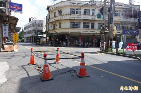 彰化秀水民意街的路口出現道路塌陷,民眾嚇得要命。(記者劉曉欣攝)