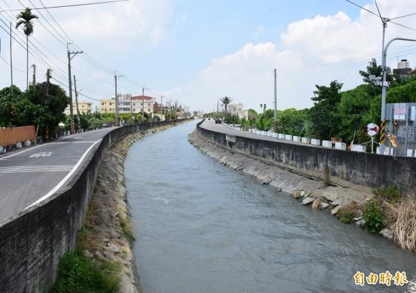 八堡圳部分護堤老舊,產生龜裂,遇大雨恐有潰堤、掏空地基可能。(記者陳冠備攝)