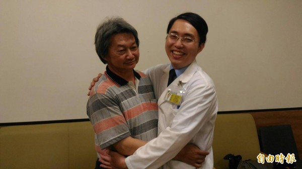 蘇男(左)腰大肌膿瘍拖半年才就醫確診險沒命,感謝岡山秀傳醫院腎臟科主治醫師吳孟恩(右)妙手回春救回一命。(記者蘇福男攝)