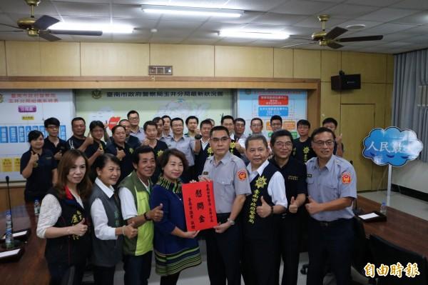 台南市議會今前往玉井警分局,頒發工作獎金及慰問員警偵辦南化三屍案的辛勞。(記者萬于甄攝)