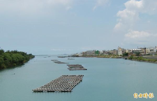 台南「一見雙雕」的沙雕,將首度更改到馬沙溝北航道的堤岸(右)舉辦。(記者楊金城攝)