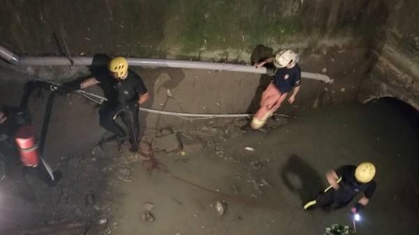 新北市消防局第五大隊人員進入板橋給水廠箱涵,救援進入捕魚失聯3小時的一對男女。(記者吳仁捷翻攝)