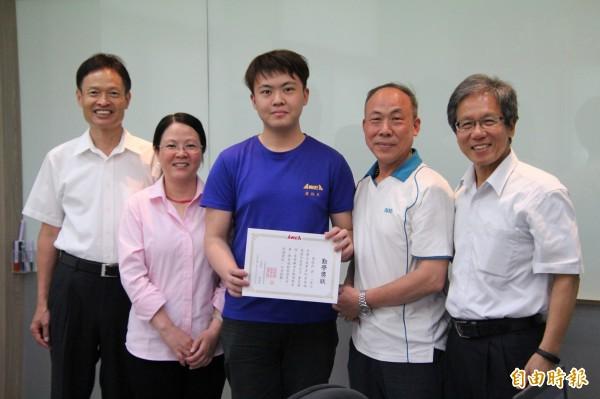內思高工機械科建教班高三生詹啟民(中)的父母(右二和左二)也是亞崴機電的員工,他也是7名透過產學合作、學有所成的實踐者。(記者黃美珠攝)