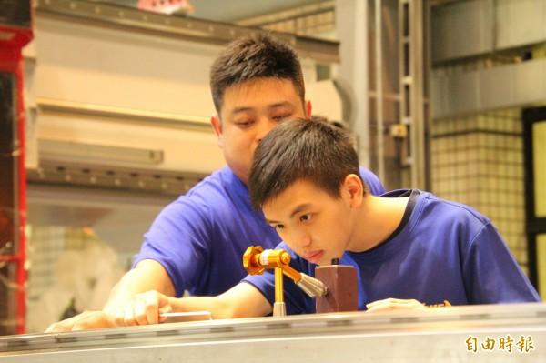 亞崴機電新埔廠1年來,以一對一師徒制方式,把工作現場上需要的技藝,扎實傳承給內思高工機械科建教班學生。(記者黃美珠攝)