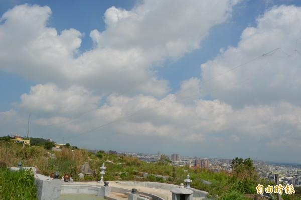 彰化市八卦山第二公墓稜線遭違法架設鳥網,長達300公尺,令稽查人員傻眼。(記者湯世名攝)