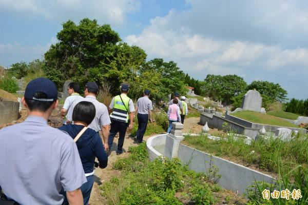 彰化市八卦山第二公墓稜線遭違法架設超大型鳥網,縣府警方人員今天走小徑前往勘查。(記者湯世名攝)