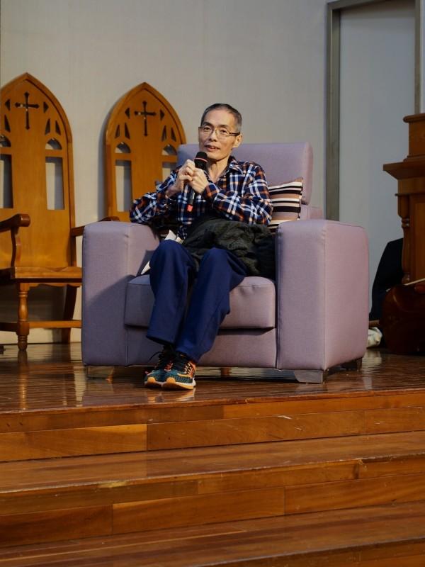 南華大學應用社會學系副教授鄒川雄在「人的盡頭,神的起頭」學術研討會,坦然分享面對死亡無所畏懼的歷程。(許怡靜提供)