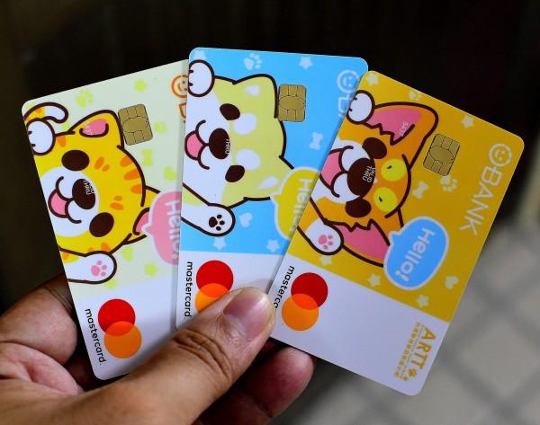 台灣第一張關懷流浪貓狗認同卡今上市。 (台灣動物緊急救援小組提供)