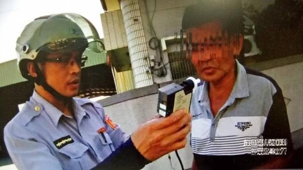 尤姓男子酒駕還闖紅燈,被員警逮捕送辦。(記者黃佳琳翻攝)