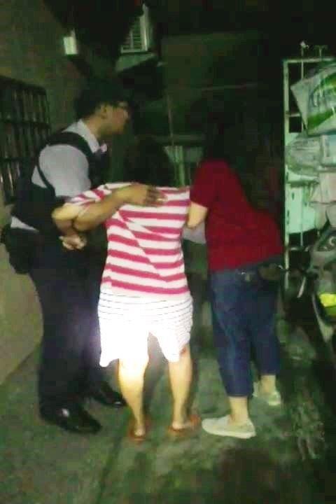 警員孫從文(左)及里長謝惠娟(右)攙扶老婦返家。(記者洪定宏翻攝)