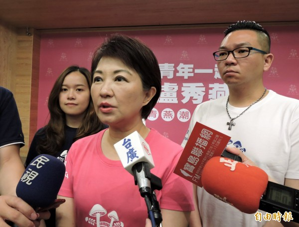 國民黨台中市長參選人盧秀燕(中)表示,民進黨無情對待柯文哲,選民會看在眼裡。(記者張菁雅攝)