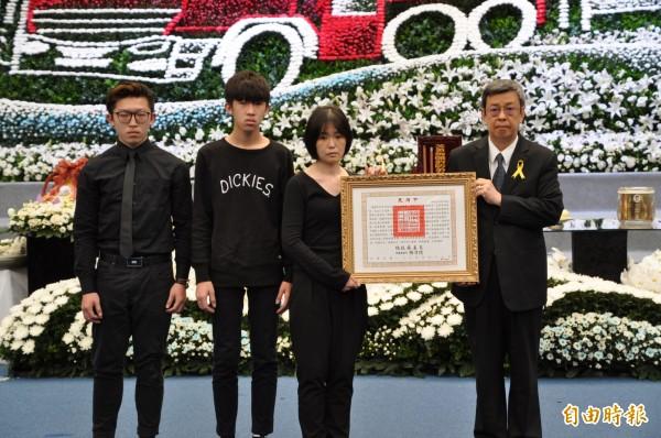 副總統陳建仁頒發褒揚令給殉職勇消李翰霖的家屬。(記者周敏鴻攝)