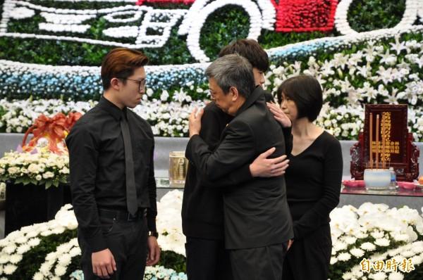 副總統陳建仁擁抱李翰霖的家屬致意。(記者周敏鴻攝)