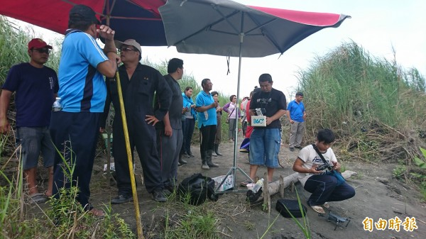 村民及熱心民眾動用空拍機在高屏溪河床搜索(記者葉永騫攝)
