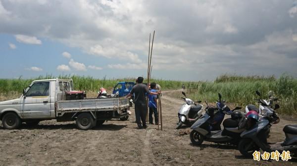 許多村民和熱心民眾主動到高屏溪河床幫忙找老阿嬤(記者葉永騫攝)