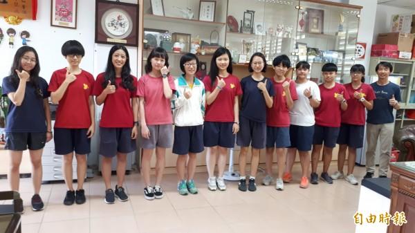 台東女中個人申請上榜指標性大學的學生群。(記者黃明堂攝)