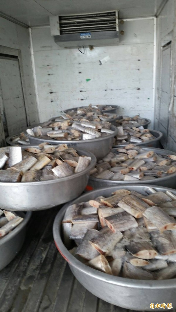 信徒準備新鮮魚肉款待白沙屯進香團。(記者廖淑玲攝)