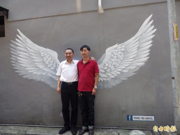 侯友宜今天到參訪淡水第一家青年旅館「Taipei Yes Hostel」,和八年級老闆郭立恆談青年創業,共同在翅膀牆合影留念。(記者陳心瑜攝)