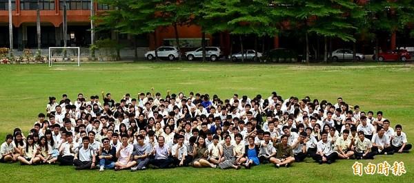 大學申請入學放榜,興國高中創佳績,錄取各大學校系近3百人,成果豐碩。(記者王涵平攝)
