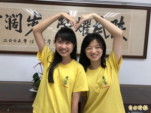 游允箴(左起)、林芳儀是同班同學,經常一起參加科展,分別考上台大機械、電機系。(記者陳昀攝)