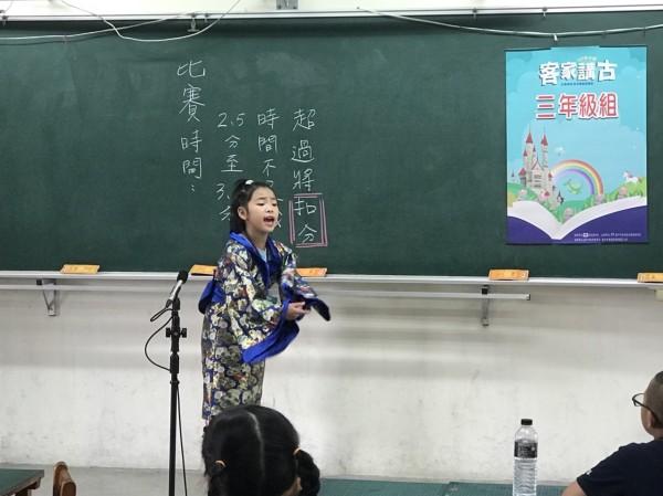 台中市「客家講古比賽」,小朋友穿著和服登場。(客委會提供)