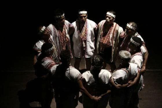 南投縣信義鄉布農文化協會多年前演出八部合音,成員圍成一圈演唱的畫面成為經典。(記者劉濱銓翻攝)
