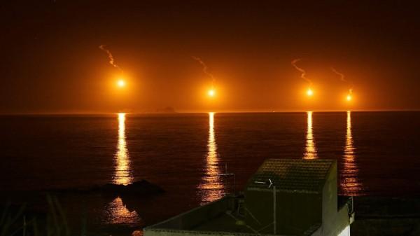 空軍夜間訓練投射訓練彈,在海面上形成類似花火美景。(黃國揚提供)