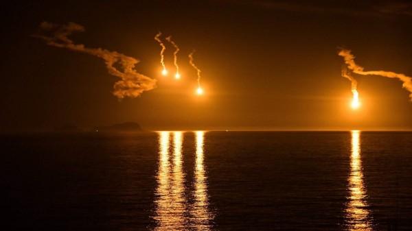 離島居民看到照明彈美景,稱為史上最昂貴花火。(黃國揚提供)