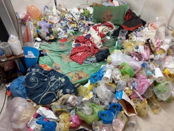 警方昨搜查一名張姓藥腳時,發現其居住環境不佳,垃圾堆滿整個房間。(記者萬于甄翻攝)