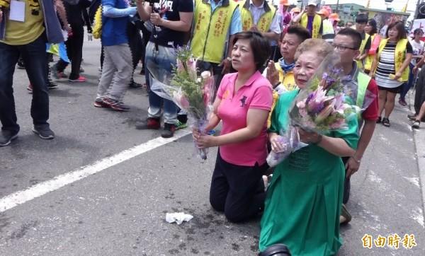 白沙屯媽來彰化縣了!台北市長柯文哲的媽媽(綠衣者)也來躦轎腳。(記者劉曉欣攝)