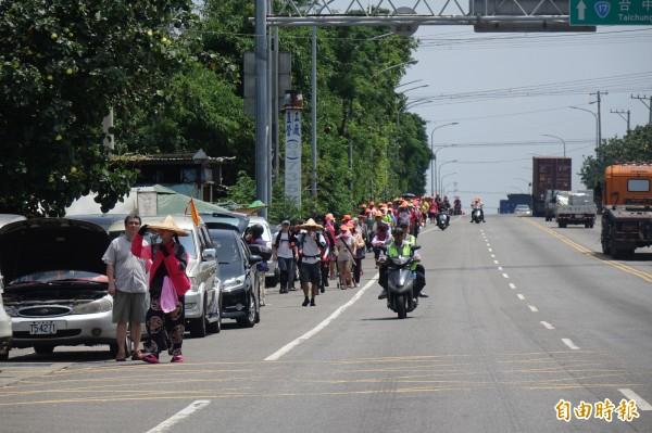 白沙屯媽今天中午抵達彰化縣了!讓台17線出現難得一見的人潮。(記者劉曉欣攝)