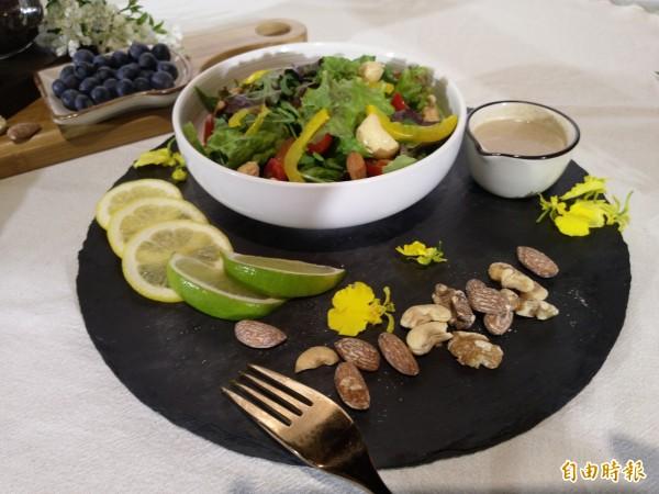 營養師建議,早餐要除了蛋白質、碳水化合物外,也要注意攝取纖維素。(記者吳亮儀攝)