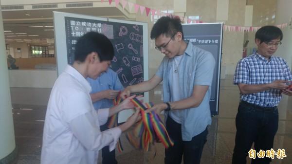 成功大學性別社團TO.拉酷10週年特展開幕,號召民眾一同參與520下午的粉紅點活動。(記者劉婉君攝)