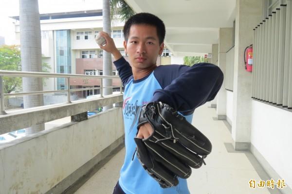 愛棒球的中一中生張恆致克服右肩肌腱纖維化傷害,讀國防醫盼助運動傷害者。(記者蘇孟娟攝)
