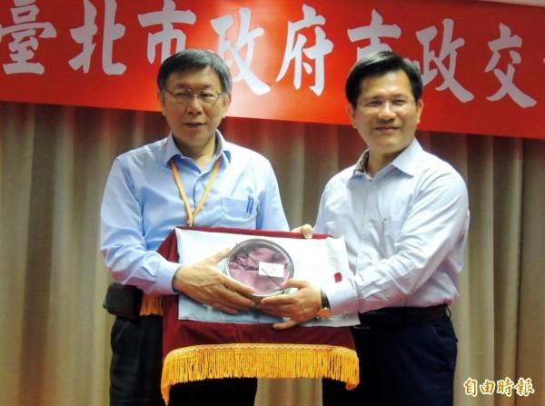 台北市長柯文哲(左)3月底到台中市進行市政交流,與台中市長林佳龍互動良好。(記者張菁雅攝)