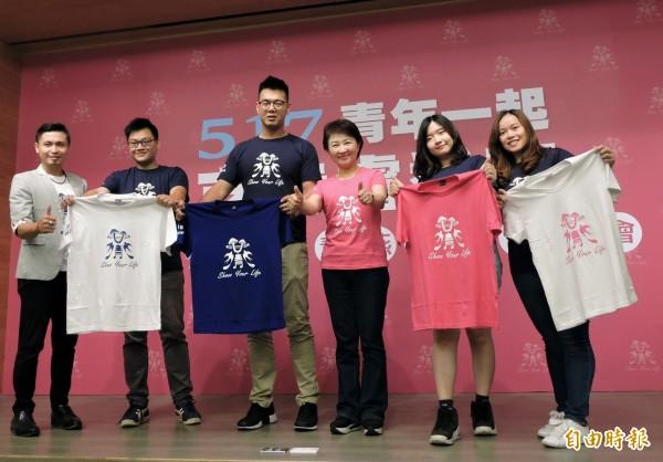 國民黨台中市長參選人盧秀燕(右3)公布「青燕」潮T設計,強調重用年輕人。(記者張菁雅攝)