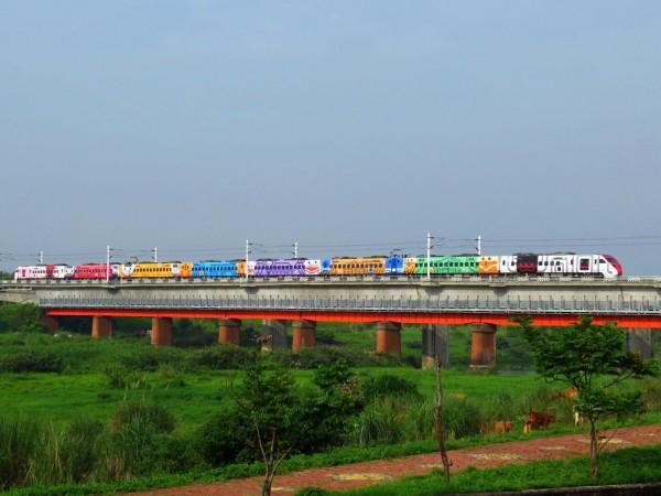普悠瑪8種台灣鐵路經典車款與車站意象彩繪列車,接下來3天都行駛樹林-台東。(圖:台鐵局提供)